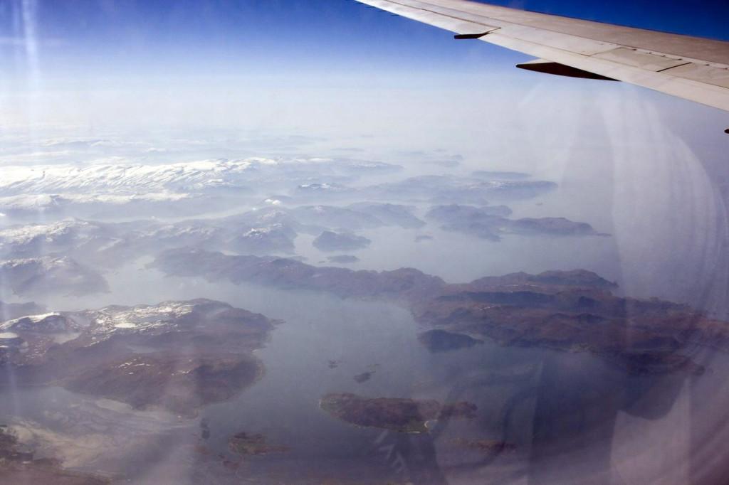 осточное побережье Атлантического океана, видное через иллюминатор, изрезано вдоль и поперек фьордами. Вообще Норвежские фьорды с высоты 10 км - красота неописуемая - это целый лабиринт из скал и заливов, раскинувшийся от горизонта до горизонта
