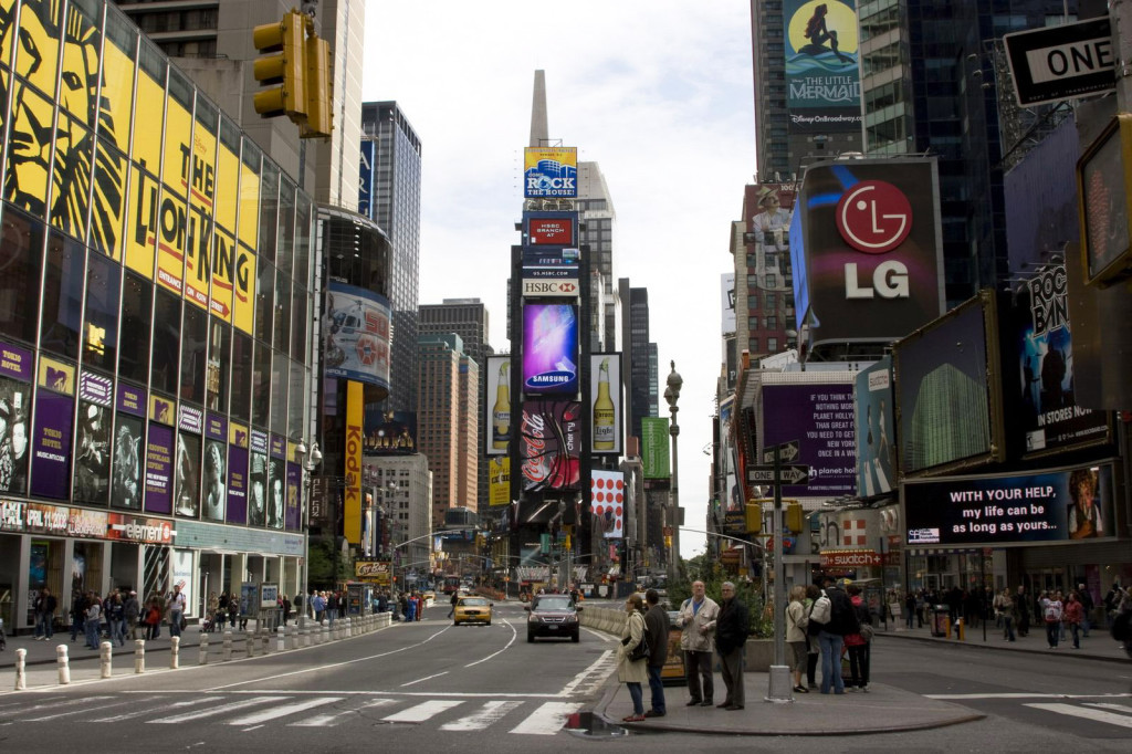 Таймс Сквер (Times Square). Когда-то здесь располагалось издательство газеты Нью-Йорк Таймс. Теперь издательство переехало, а название осталось