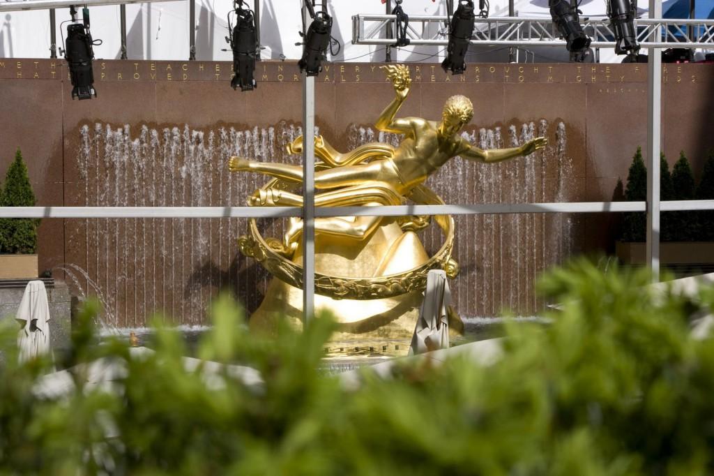 Позолоченная (реальным золотом!) статуя Прометея перед зданием Рокфеллер-центра на Рокфеллер-плаза. Летом здесь разбит фонтан, а зимой устраивается каток
