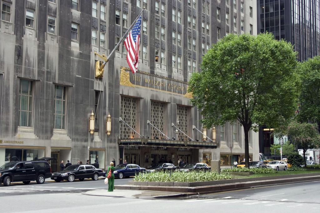 Знаменитый люкс-отель Уолдорф-Астория (Waldorf Astoria) на Парк Авеню, основанный потомками династии Асторов. Здесь останавливаются знаменитости