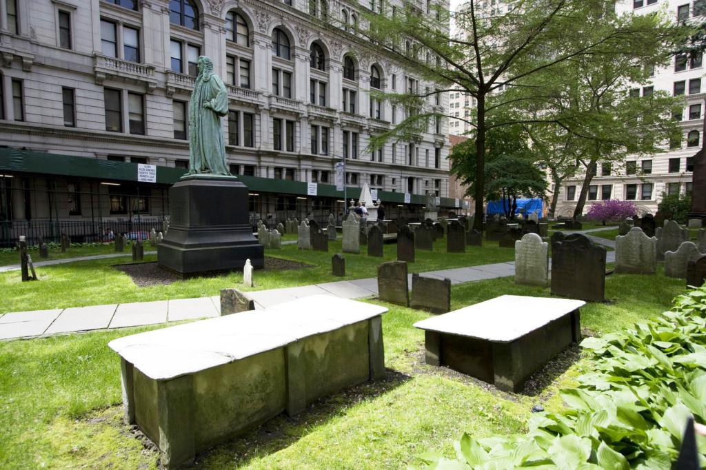 Старое кладбище у церкви Св.Троицы прямо в самом центре даунтауна