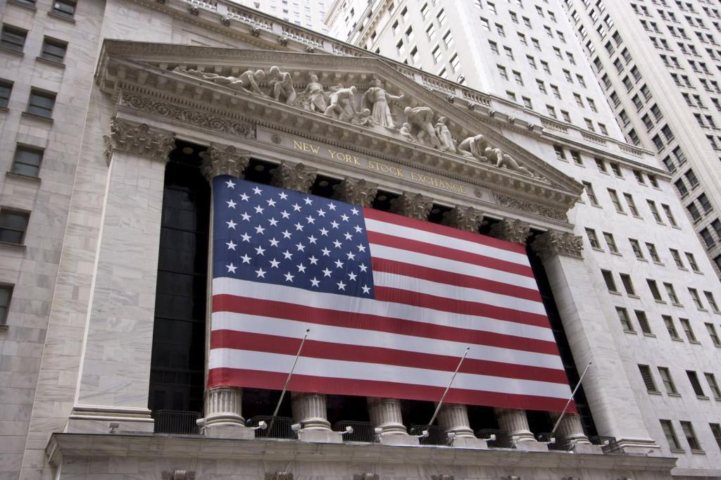 На фасаде здания Нью-Йоркской фондовой биржи висит огромное полотнище американского флага