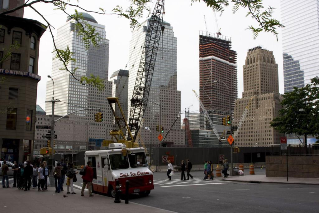 Ground Zero. До 11 сентября 2001 года здесь стояли знаменитые башни-близнецы всемирного торгового центра. Сколько лет прошло, а на их месте пустырь