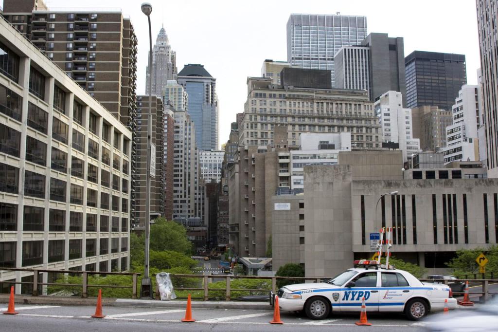 Полицейские машины, украшенные какими-то дополнительными маяками