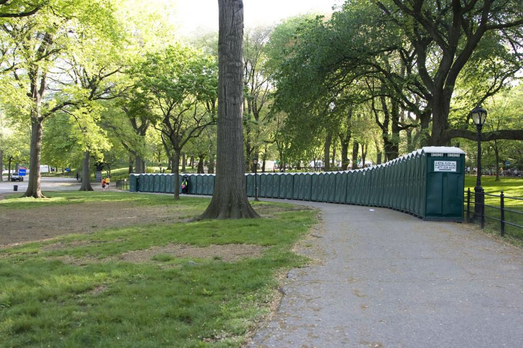 Сможете подсчитать сколько биотуалетов установили организаторы марафона в честь праздника Mother's Day в центральном парке?