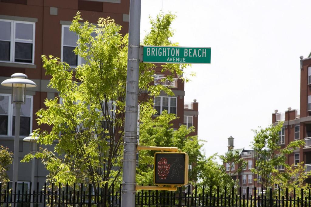 Брайтон Бич Авеню. Уникальное место. Здесь проживает русская диаспора, большая часть которой так и не говорит по-английски