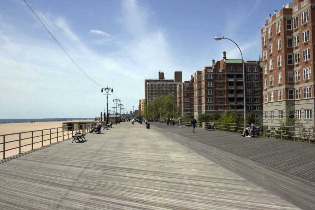 А это собственно и есть Брайтон Бич с его знаменитой дощатой набережной. Только уже не авеню, а городоской пляж, один из лучших в Бруклине