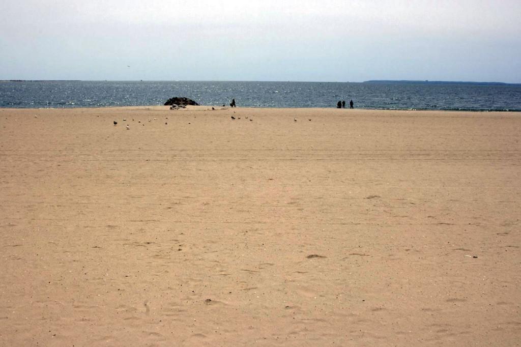 Песчаное побережье Атлантического океана на Брайтон Бич. Отсюда начинается наше путешествие до другого океана - Тихого