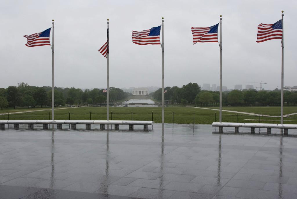 Стеллу Вашингтона опоясывают 50 флагов. Количество флагов соответствует количеству штатов в США. На заднем плане виден мемориал Линкольна