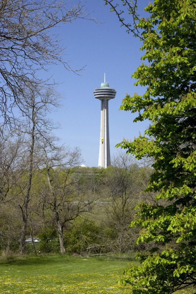 Смотровая башня Ниагарского водопада, расположенная на Канадской территории