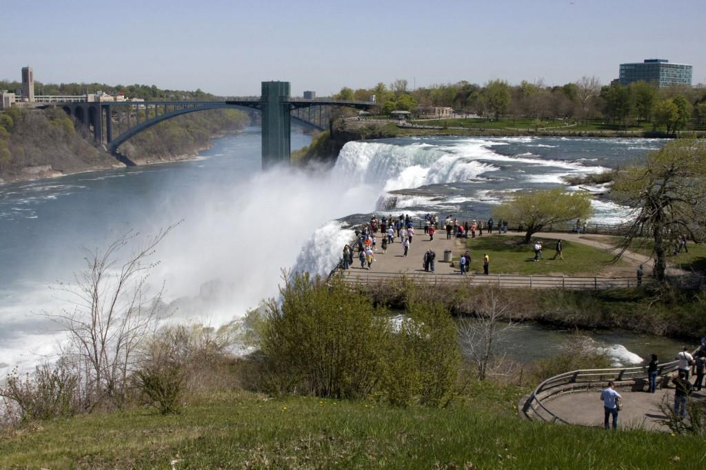 "Ниагарский водопад со стороны США. Слева виден мост ""Дружбы"", соединяющий США и Канаду"