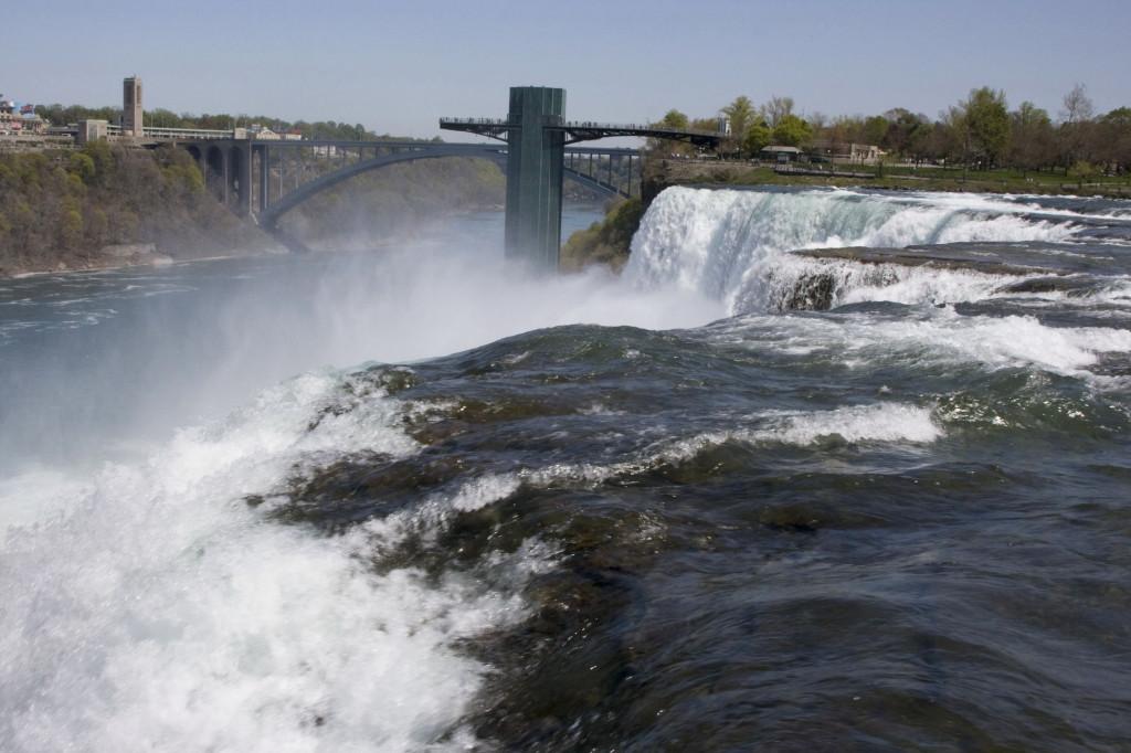 Каждую секунду с высоты 34 метра свергается вниз 200 тонн воды
