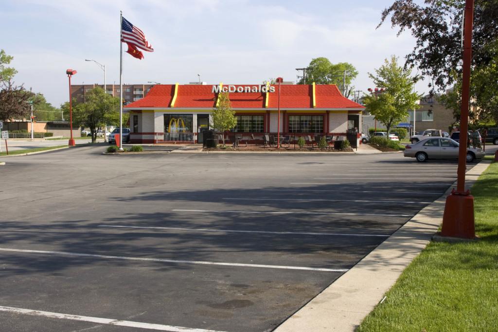 Макдоналдс Крока, построенный им в 20 метрах от первого в мире ресторана Макдоналдс