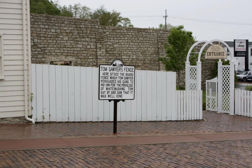 Тот самый легендарный забор, покраску которого хитрец Том Сойер сбагрил окрестным ребятам, да еще и заработал на этом