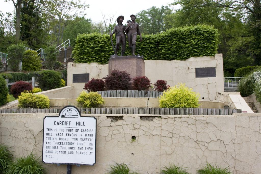У подножия Кардиффского холма в Ганнибале стоит памятник Тому Сойеру и Гекльберри Финну