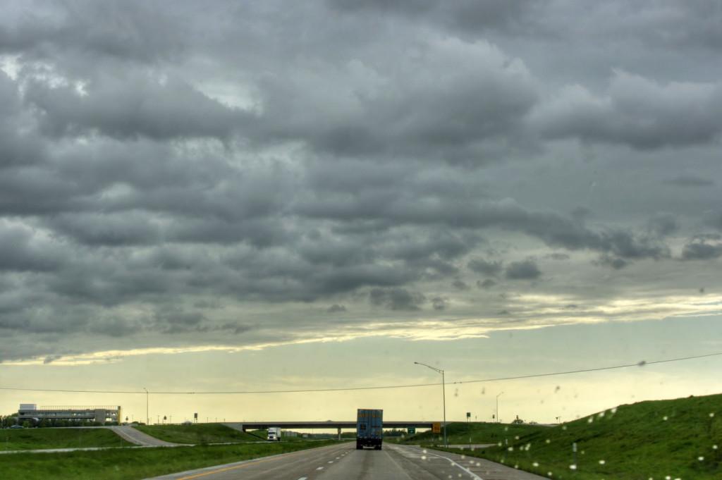 Шоссе Канзас-Оклахома. Канзас - место где встречаются атмосферные фронты севера и юга, в результате чего образуются торнадо. Торнадо мы, к счастью, не застали, а на фото - граница мрачного и темного северного фронта и светлого и безоблачного южного
