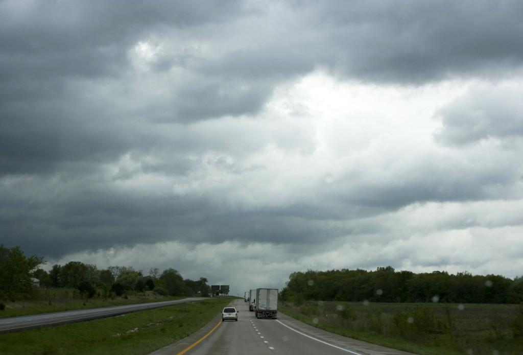 Шоссе в окрестностях Канзас-Сити. Дорога проходит под дождливым небом северного атмосферного фронт