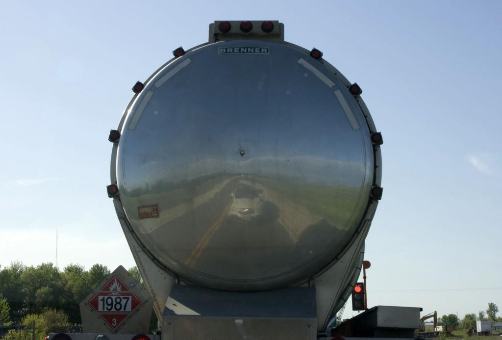В отполированной до блеска цистерне видно отражение нашего автомобиля