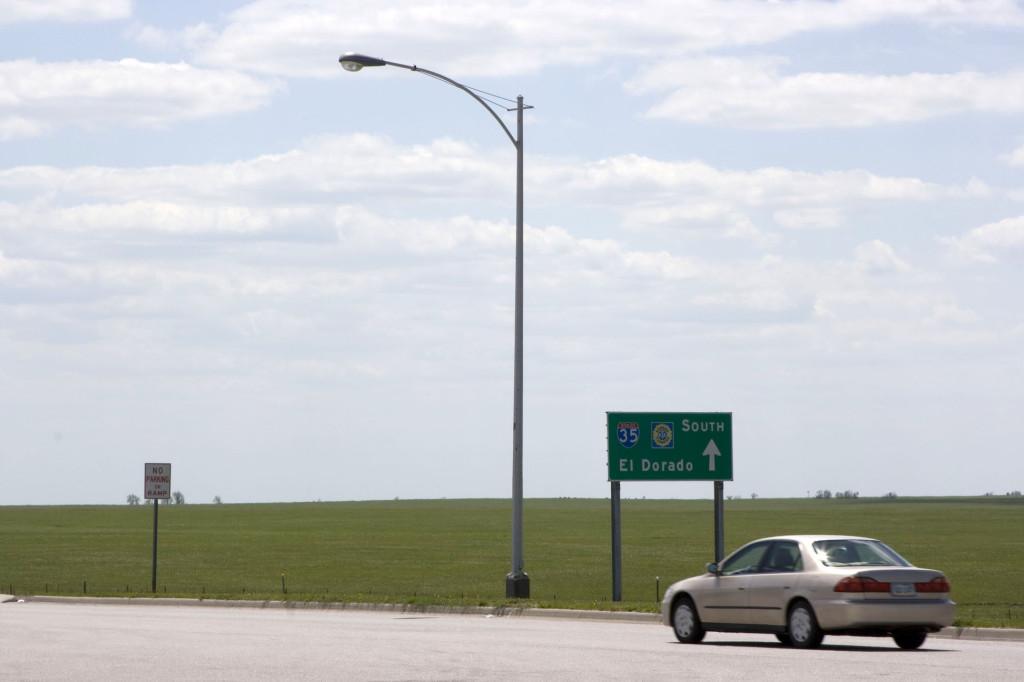 По дороге в Оклахому встречаются интересные указатели. Там впереди знаменитая Эльдорадо, страна золота и драгоценностей, которую так долго искали конкистадоры и, видимо, нашли здесь в Америке