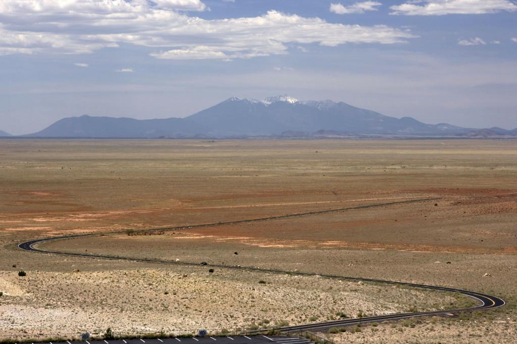 """""""Пусть дорога серою лентою вьется..."""" Дорога от шоссе I-40 к метеоритному кратеру в Аризоне"""