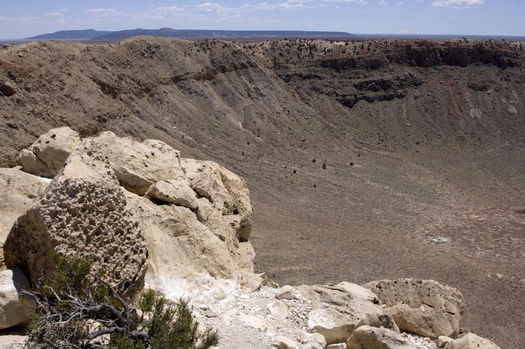 Левая часть кратера. Было подсчитано, для того, чтобы образовался кратер такой величины, метеорит должен был лететь со скоростью 69 тысяч км/час!