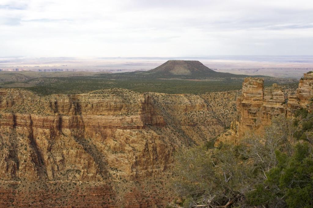 """Это Desert View - смотровая площадка на самом краю Большого Каньона с видом на """"окрашенную пустыню"""" (Painted Desert)"""
