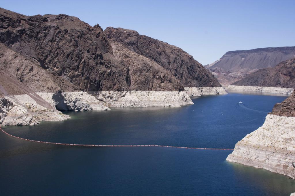 Река Колорадо мирно текущая до дамбы Гувера. Поплавковая линия на воде - во-первых, граница для местных судов, а, во-вторых, на ней расположены датчики измеряющие уровень и скорость воды