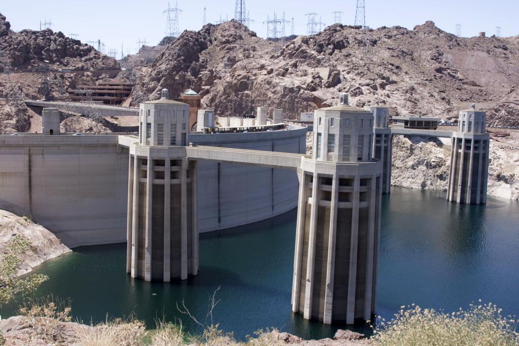 Дамба Гувера с 4 приемными водяными башнями