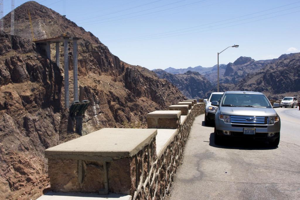 Слева видно начало строительства автомобильного моста через реку Колорадо. Сейчас этот мост уже построен, и движение по нему открыто