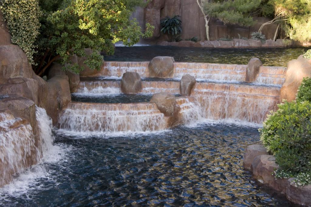 Уличный водопад у отеля Palazzio
