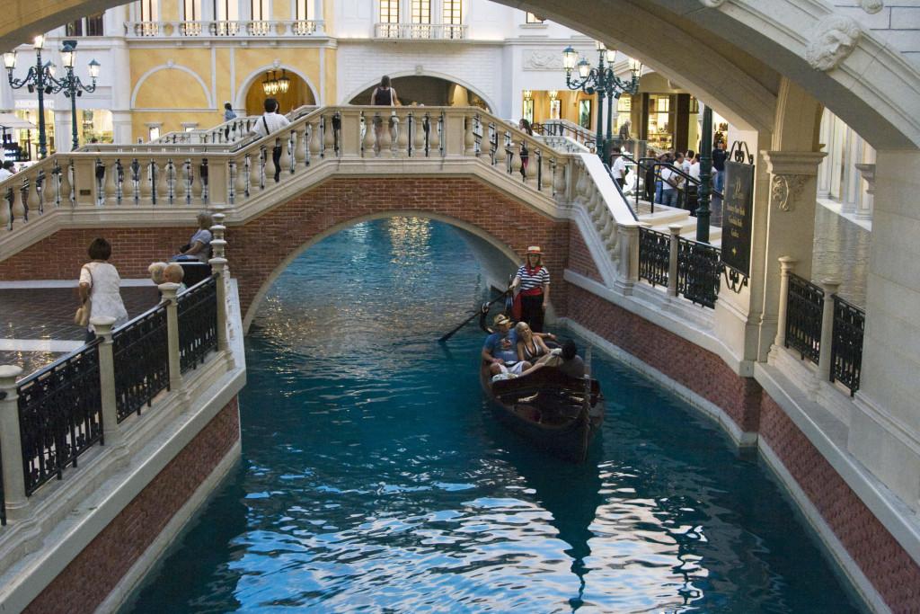 В отеле Venetian проложены каналы, по которым плавают самые настоящие венецианские гондолы
