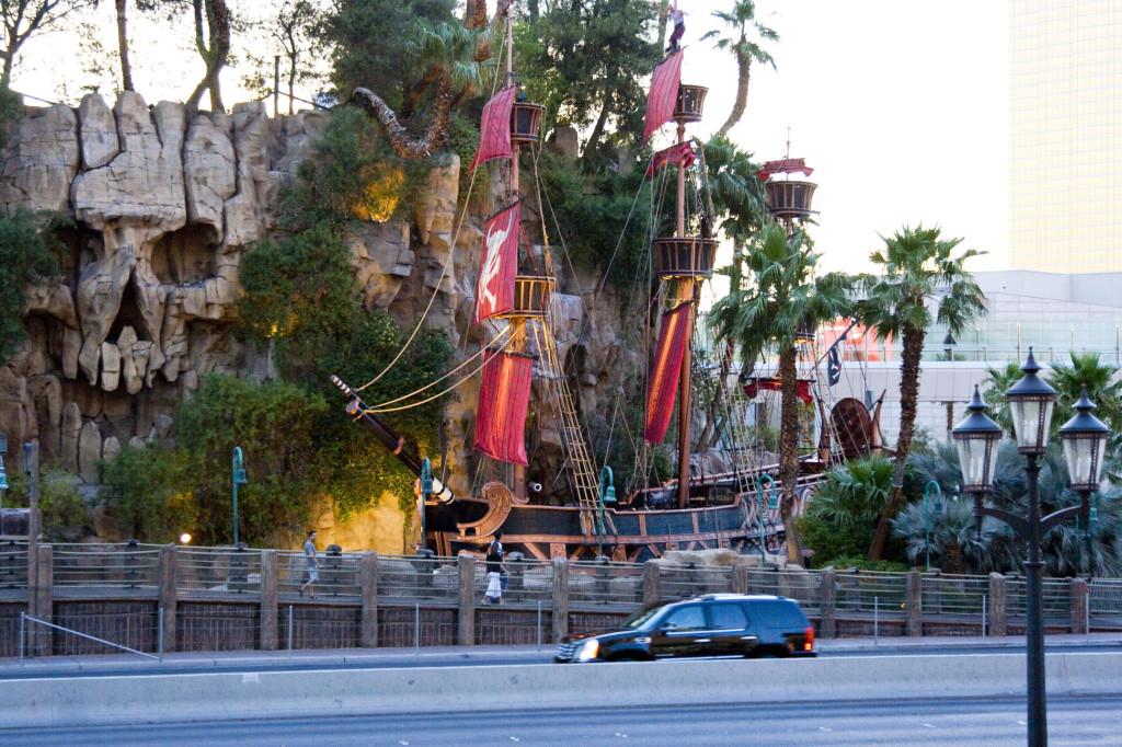 Пиратская шхуна в натуральный размер у отеля Treasure Island в Лас-Вегасе