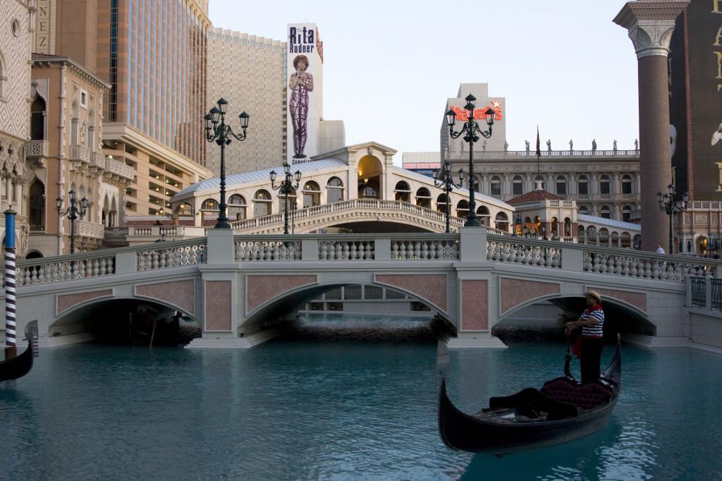 А вот и мост Риальто (тот что на заднем плане). Большое озеро с гондолами символизирует венецианский Гранд Канал