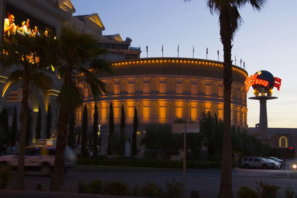 Воссозданный отелем Forum, римский Колизей
