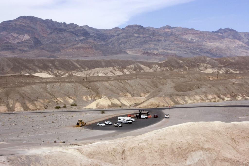 Автомобильная стоянка у подножия холма Забриски Поинт в Долине Смерти