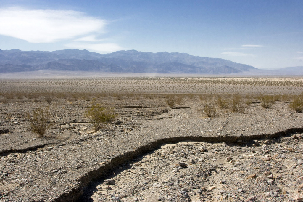 В Долине Смерти очень сухо и такие разломы попадаются очень часто