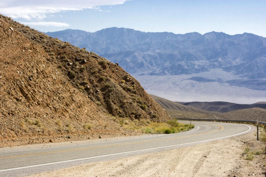 Дорога к соленому озеру в Долине Смерти