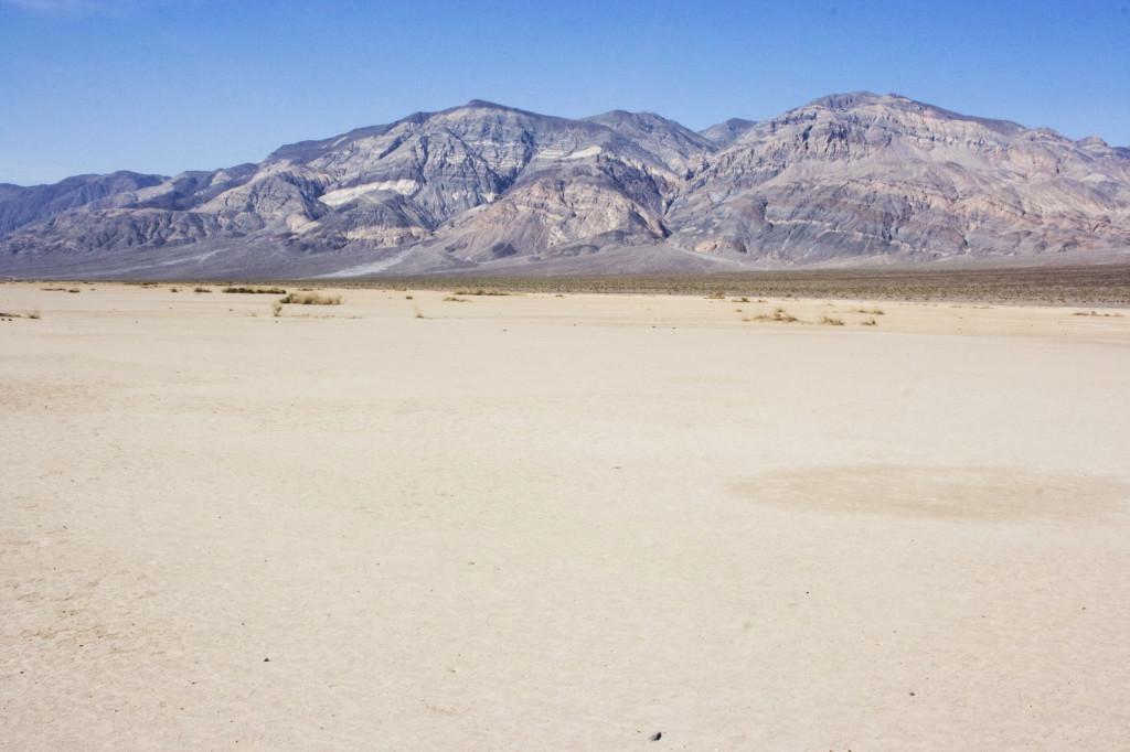 Высохшее озеро Оуэнс (Owens Lake) в западной части Долины Смерти
