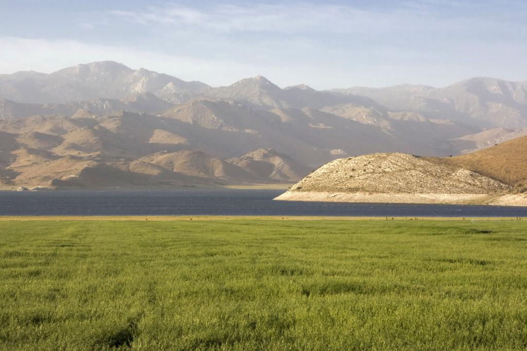 Живописное озеро Kaweah Lake по пути из Туларе (Tulare), Калифорния, в национальный парк Секвойя