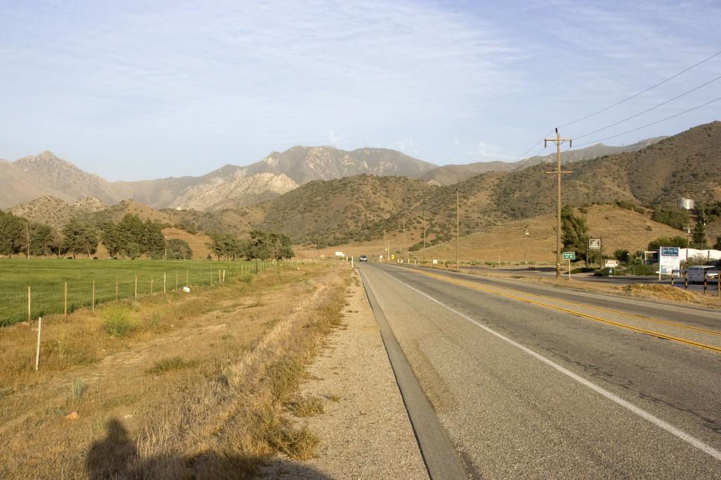 Впереди отроги Сьерра-Невады. Национальный парк Секвойя (Sequoia Natonal Park) находится именно там. Ну а дорога, как ни странно, называется Сьерра Драйв