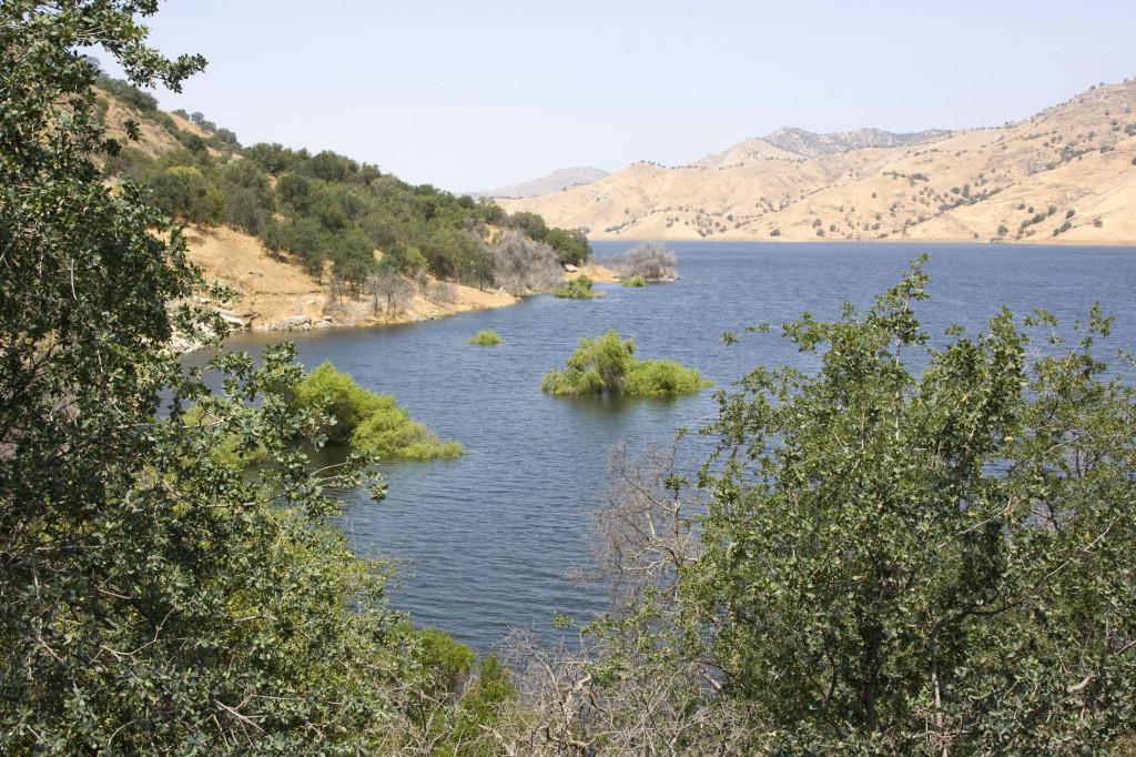 Окрестности озера Keweah у отрогов Сьерра-Невады по дороге в парк Секвойя