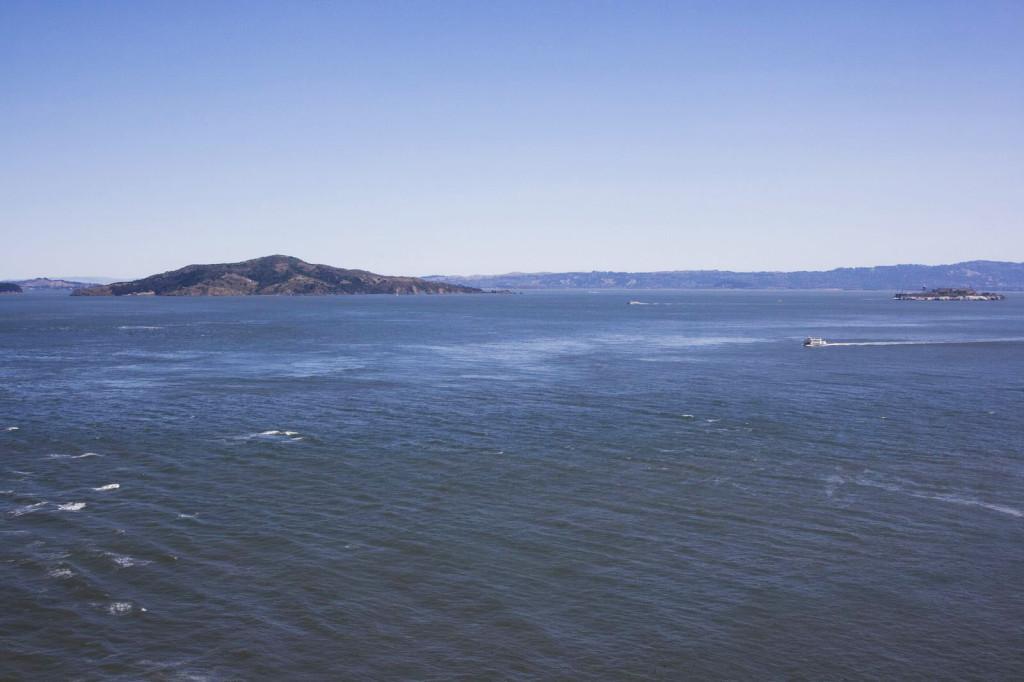 Остров Ангела (слева) и мизерный остров Алькатрац (справа) - острова в заливе Сан-Франциско
