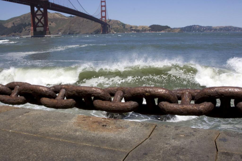 Океанские волны разбиваются о каменную набережную Сан-Франциско