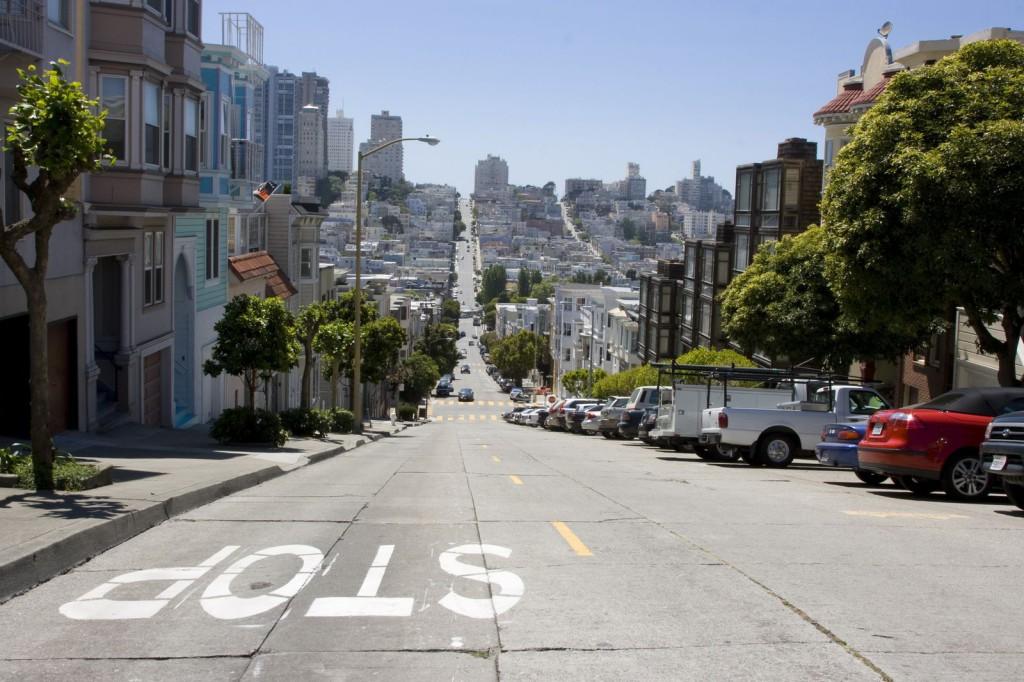Сан-Франциско – город на холмах. Холмов в городе больше 40 штук, поэтому движение в Сан-Франциско представляет собой американские горки. Таких крутых подъемов и спусков и не видел больше нигде!