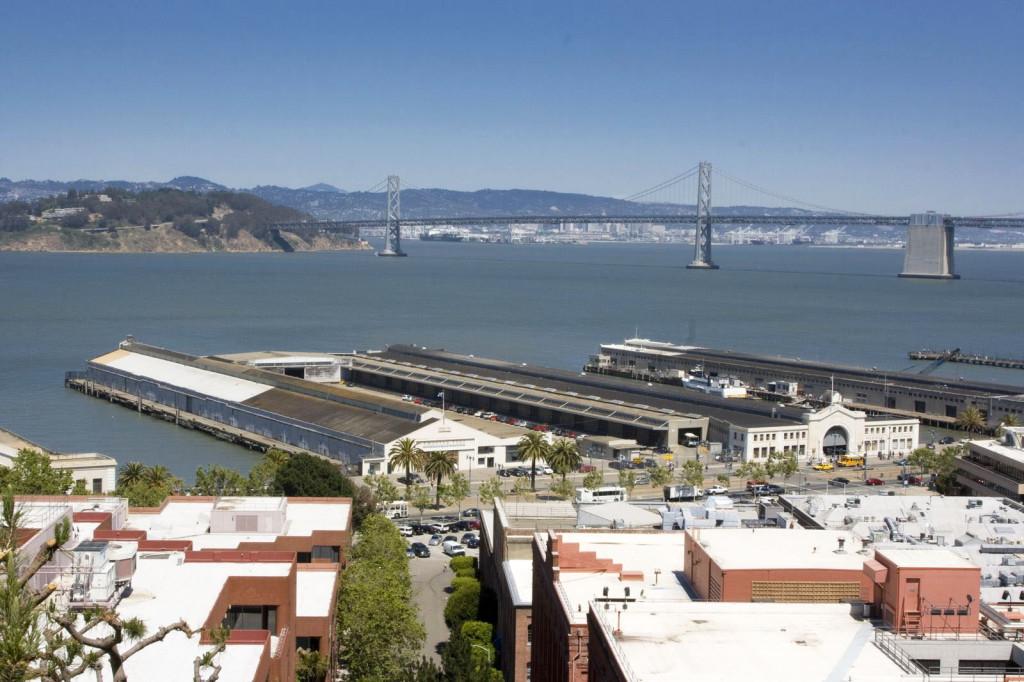 Мост Bay Bridge и остров Сокровищ близ Сан-Франциско