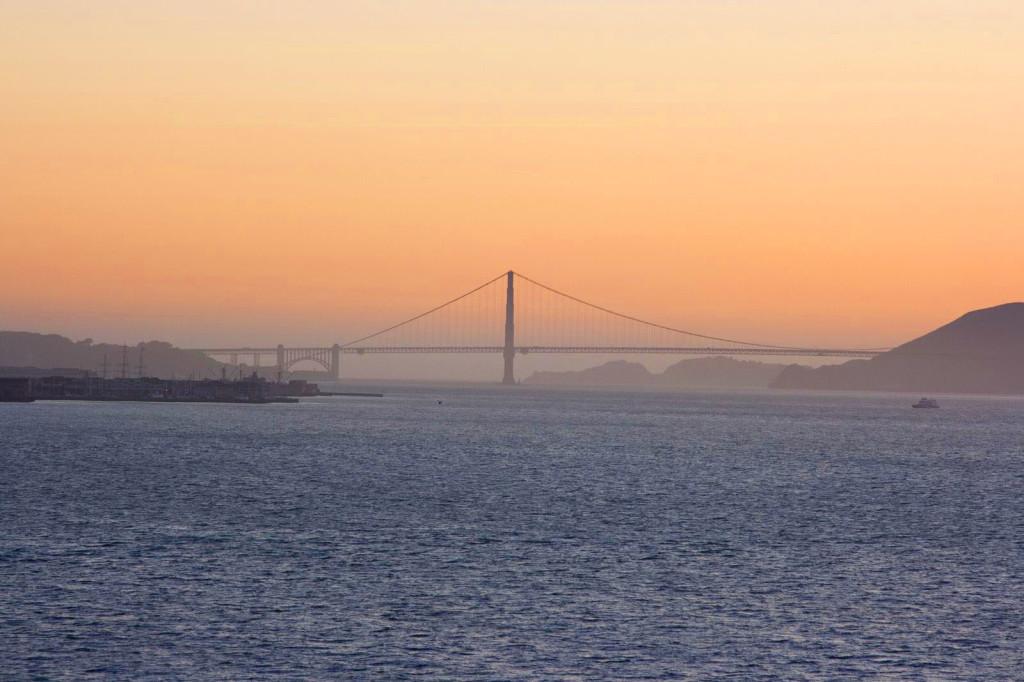 Мост Золотые Ворота в закатном тумане
