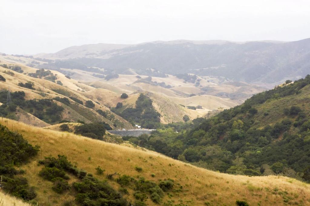 Холмы Санта-Круз вдоль шоссе номер 1 на пути из Силиконовой долины в Лос-Анджелес